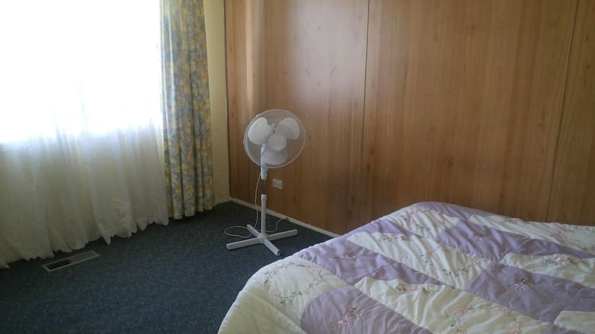private room in Melton 3337,vic - Melton - House