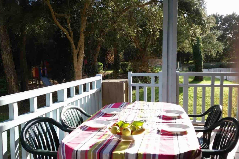 Prenez vos repas sur la terrasse couverte