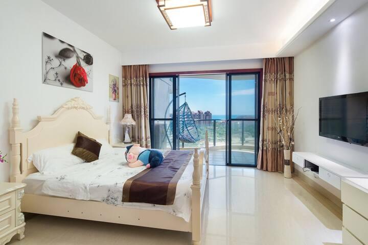 三亚湾椰梦长廊/舒适海景大床房/步行5分钟到海边/四晚可接机/赠出海一日游
