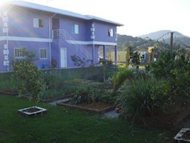 Ampla casa em Palhoça lindo jardim e pomar - Palhoça - Huis