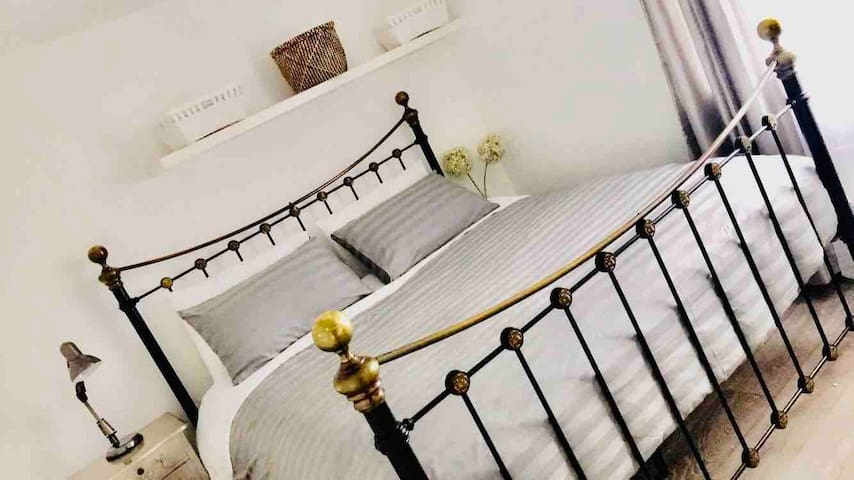 Luxurious Private Bed in SE25 next to trains/buses
