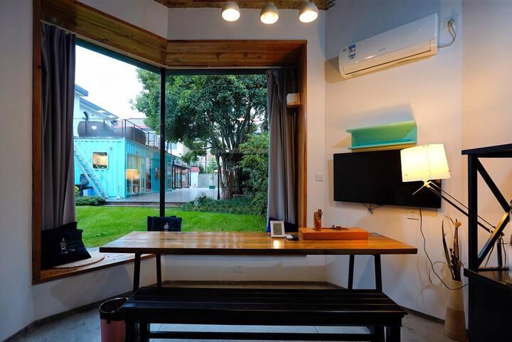 徐汇区 临上海南站私家花园 落地窗景观loft双人大床房