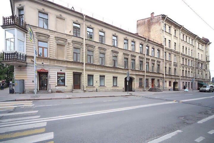 Тихая улица в центре города. 10 минут пешком от Московского вокзала, Невского проспекта и площади Восстания. Отдельный вход.