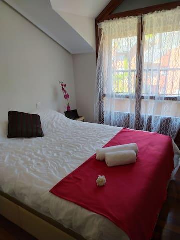 La habitación es doble con capacidad para 2 personas. El colchón es viscoelástico de alta calidad. Salida directa a terraza.