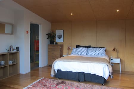 Private, sunny, beach studio - Nelson - Bed & Breakfast
