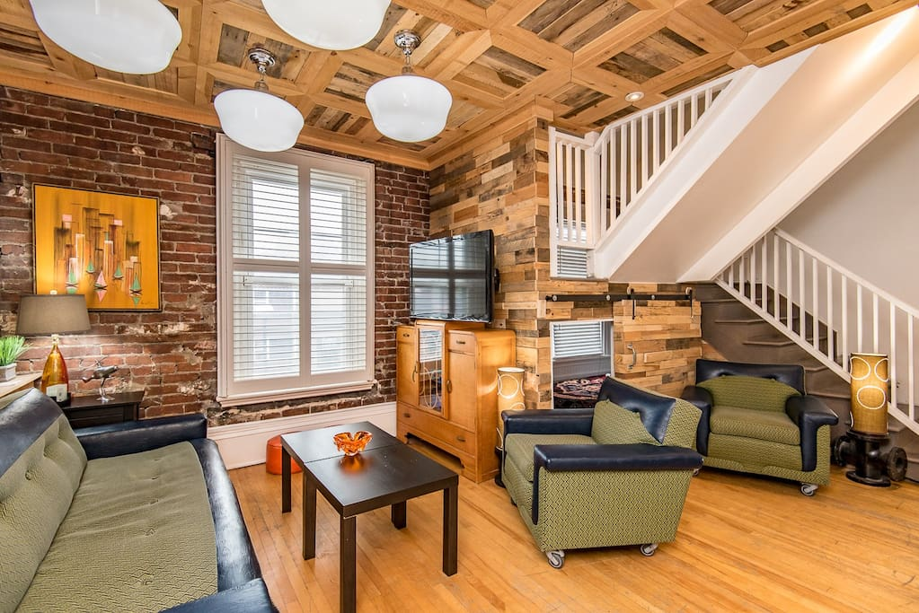 New York-style loft 2-story apartment in downtown Ottawa. Custom ceilings, large windows, 9 foot walls.
