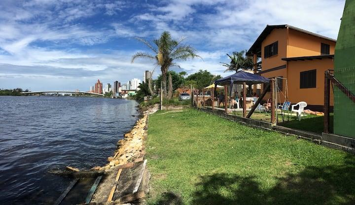 Charmoso apartamento na beira do rio em Torres