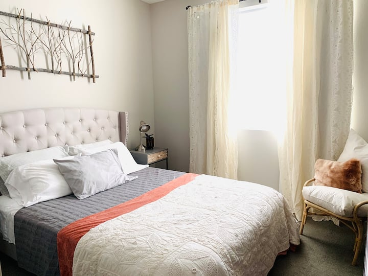 Cozy Room in Central Phoenix Luxury Condo