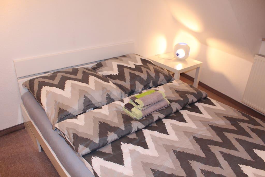 Dein gemütliches Bett mit toller Schaummatratze und hochwertigem Lattenrost lassen dich sicher von schönen Dingen träumen.