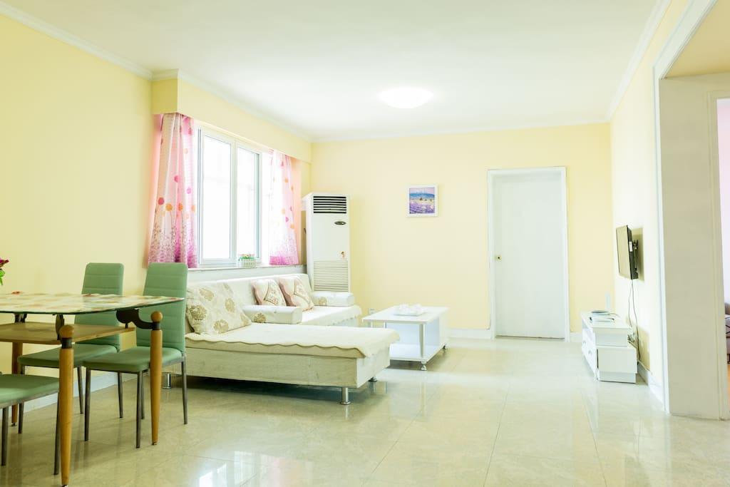 客厅舒适沙发和空调