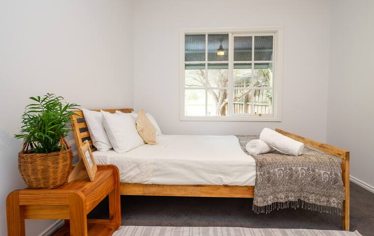 SOLACE COTTAGE - 350m to beach (no cleaning fees)