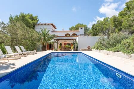 Villa mediterránea con piscina junto a la playa
