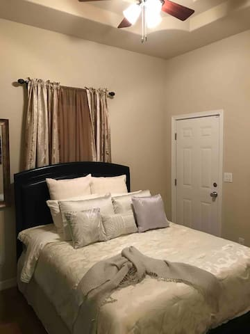 Charming room w/private entrance. 2.5miles  -Dtown