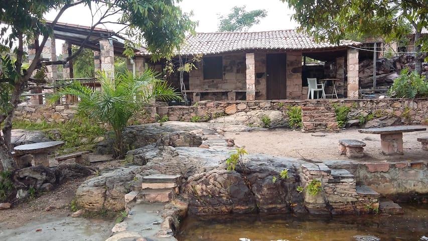 Área comum com cozinha e fogão a lenha