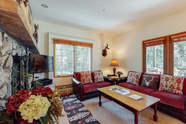 Inviting mountain retreat w/shared hot tub & pool + free WiFi - close to lifts!