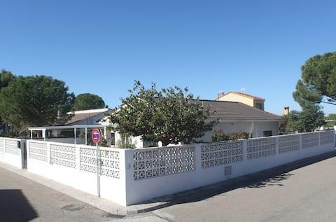 ラ・ビサカントリーハウス近隣にはワーナー・パーク・マドリード