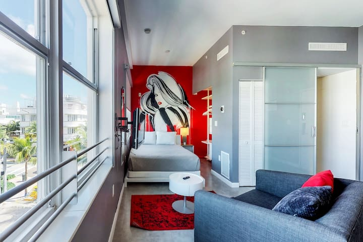 Modern condo w/on-site bar, dining, close to the beach (600 ft.)