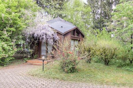 Joli chalet avec piscines et sauna - Huis