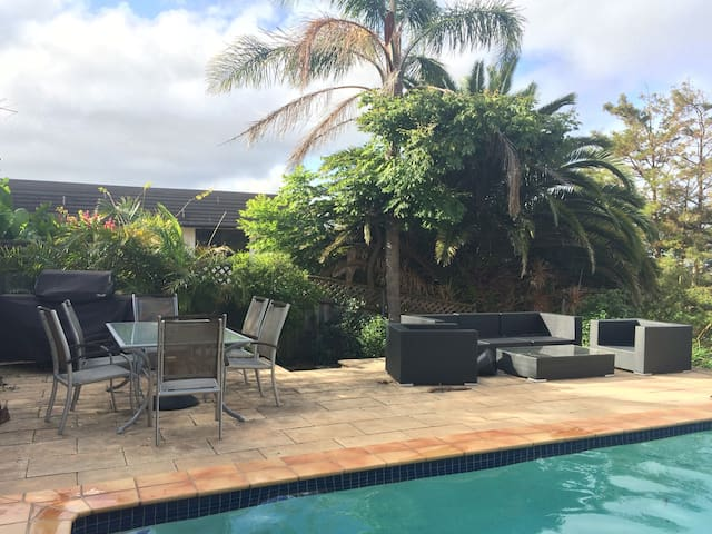 4BR home with pool, views, location - Seaforth - Huis