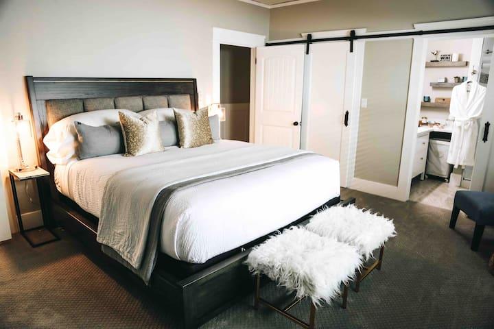 King master en-suite bedroom with large walk in closet