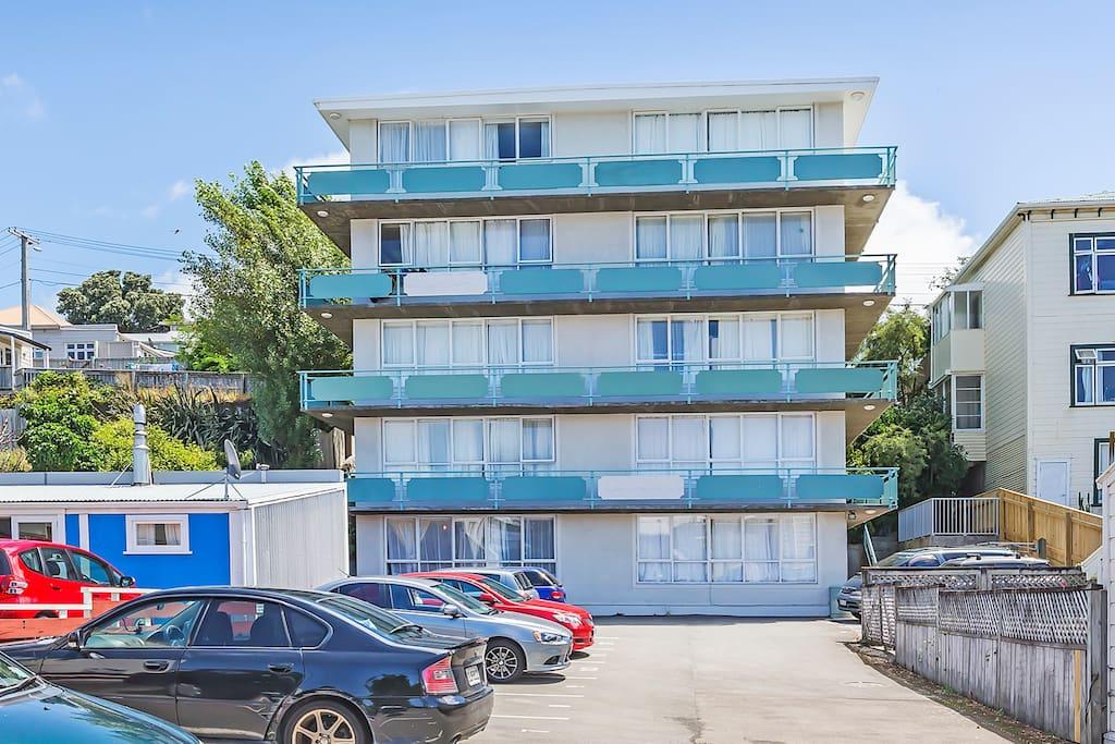 G/F Bright & Sunny convenient Apartment