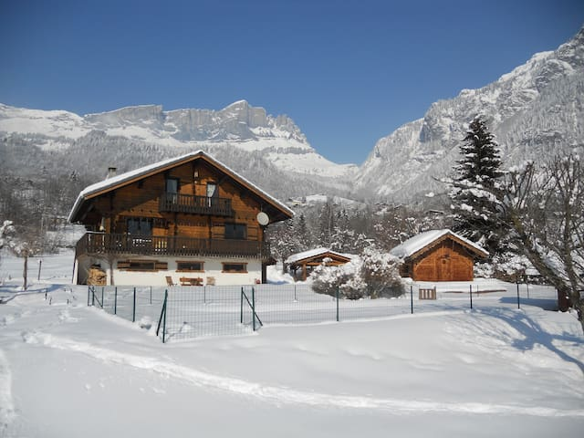 Chalet au milieu des neiges. Chalet in the middle of the snow