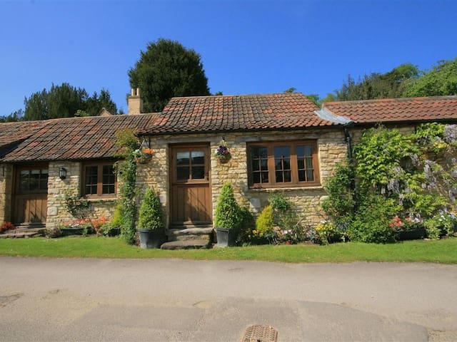 STABLE COTTAGE, pet friendly in Bath, Ref 988723