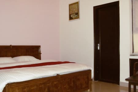Bedroom in porsh locality of GK1 - Neu-Delhi