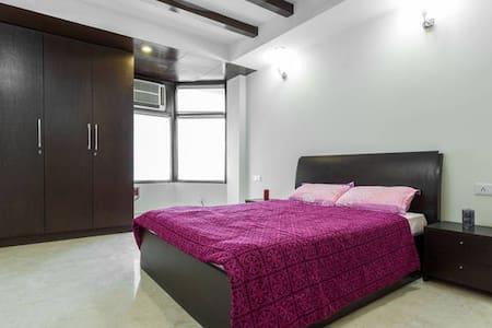 """Qutub View Apartment-Merlot room"""