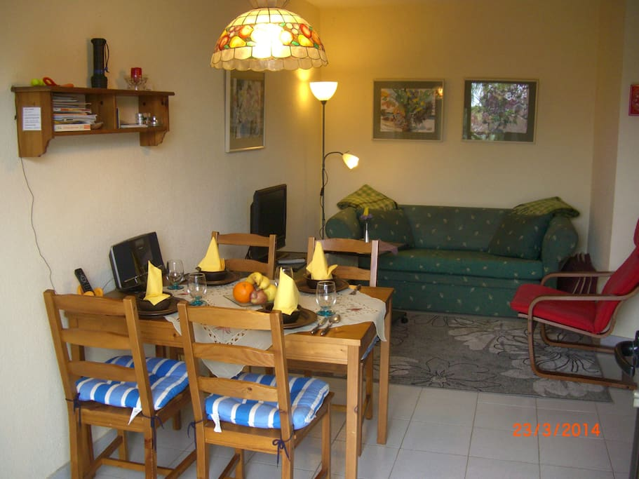 Eßbereich und im Hintergrund ausziehbares Sofa für 1-2 Personen