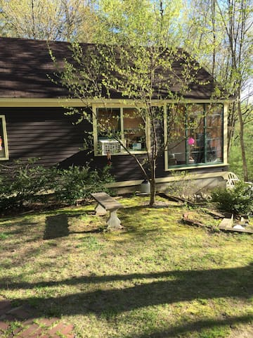 Quaint guest house on lake - New Gloucester - Apartment