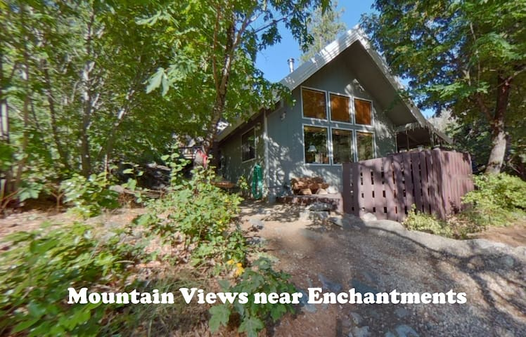 Icicle Chalet: Mtn view, Hot tub, Secluded, Fire