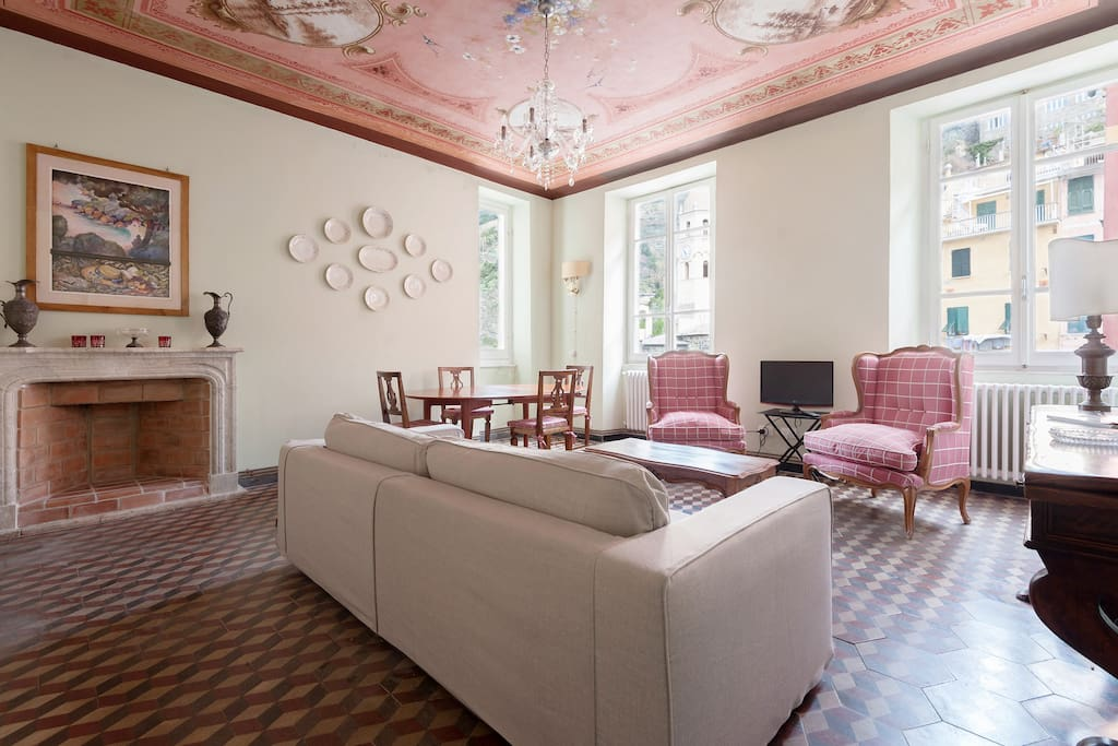 The sitting room with fireplace and fresco ceiling
