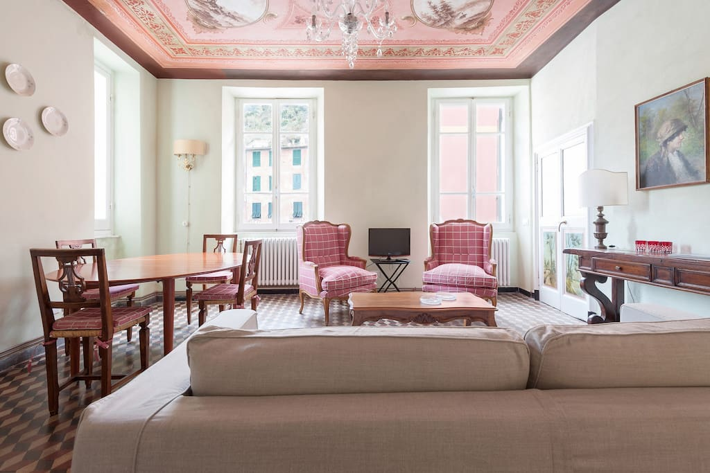 The sitting room with sea view gives on Vernazza piazza