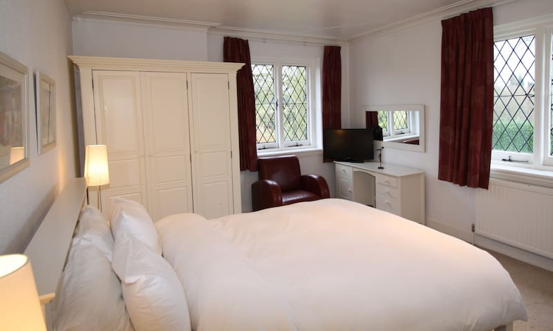 Large bedroom, en suite, views - Eynsford