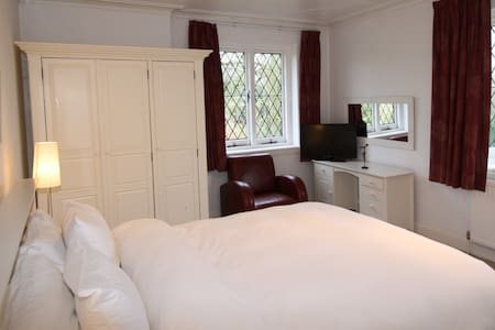 Large bedroom, en suite, views - Eynsford - Casa