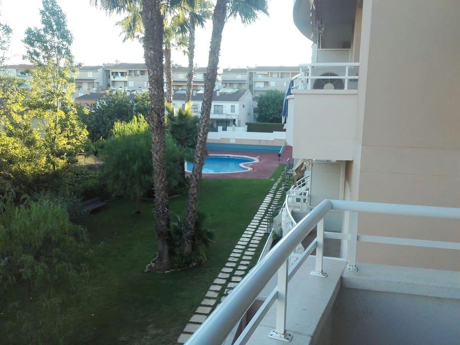 Vue du balcon, avec piscine