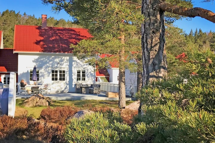 Idyllisk feriehus ved sjøen - motorbåt - fri wifi