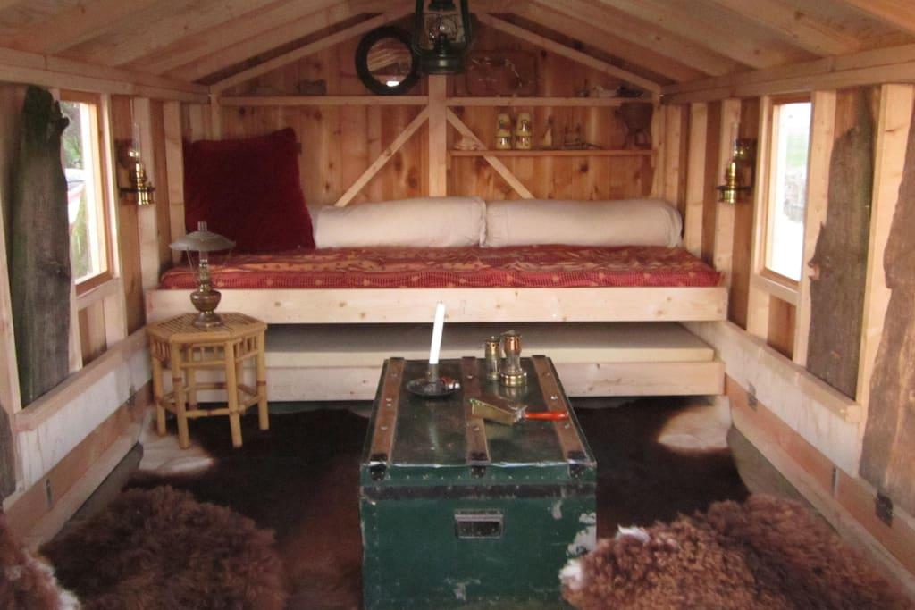 Inrichting van het vlot. Het onderste bed kan naast het bovenste bed geschoven worden.