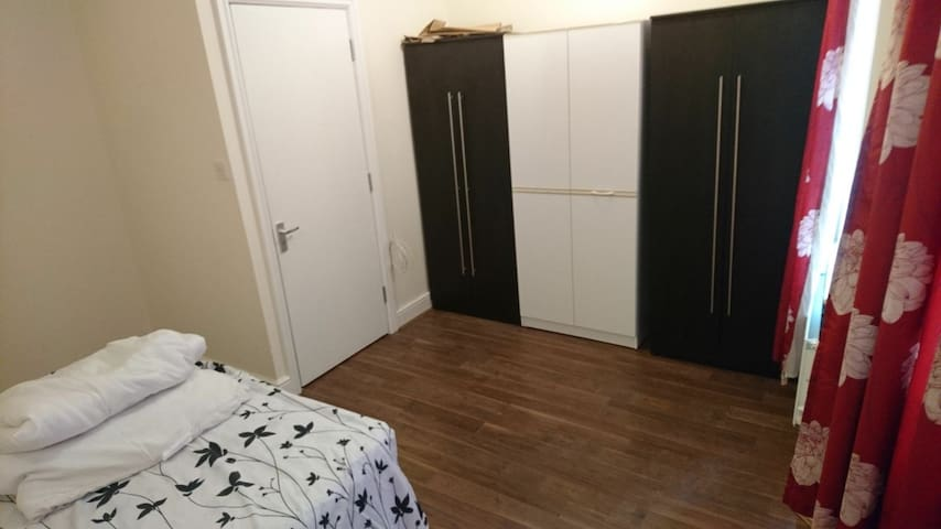 Redfern Road 3 rooms in the same flatshare - London - House