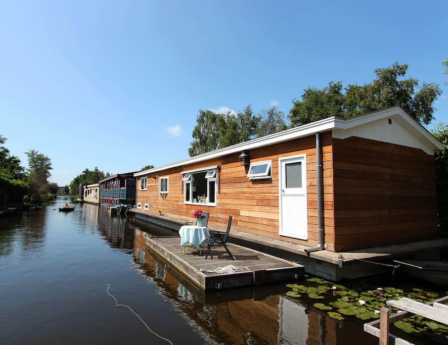 Beautiful houseboat near amsterdam central boats for for Airbnb amsterdam houseboat