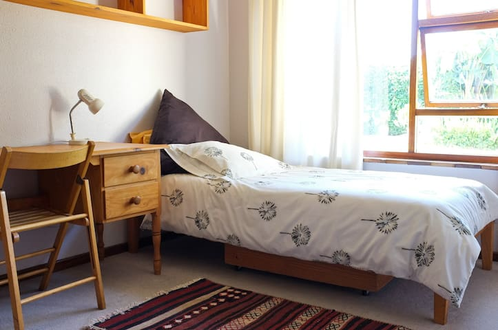 Big Sunny Single room in neat home. - Cape Town - Rumah