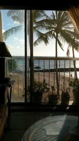 Oceanfront condo on private beach. - Waianae - Appartement