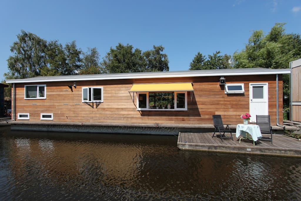 Enjoy living in a houseboat and have breakfast or a drink at the terrace!