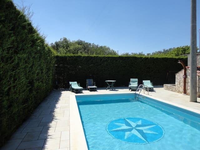 tranquilla villetta con piscina