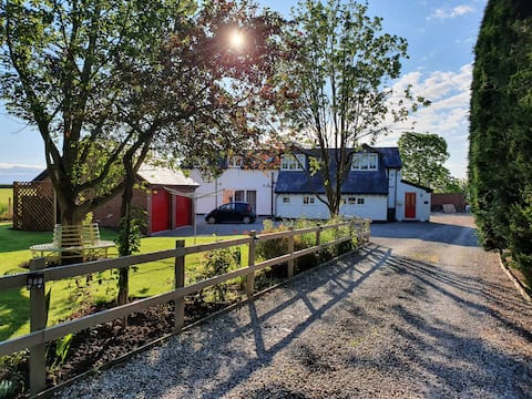 Beautiful Converted Barn with Hot Tub, Large Patio to Relax and unwind.  Blissful  Time away for you to Enjoy