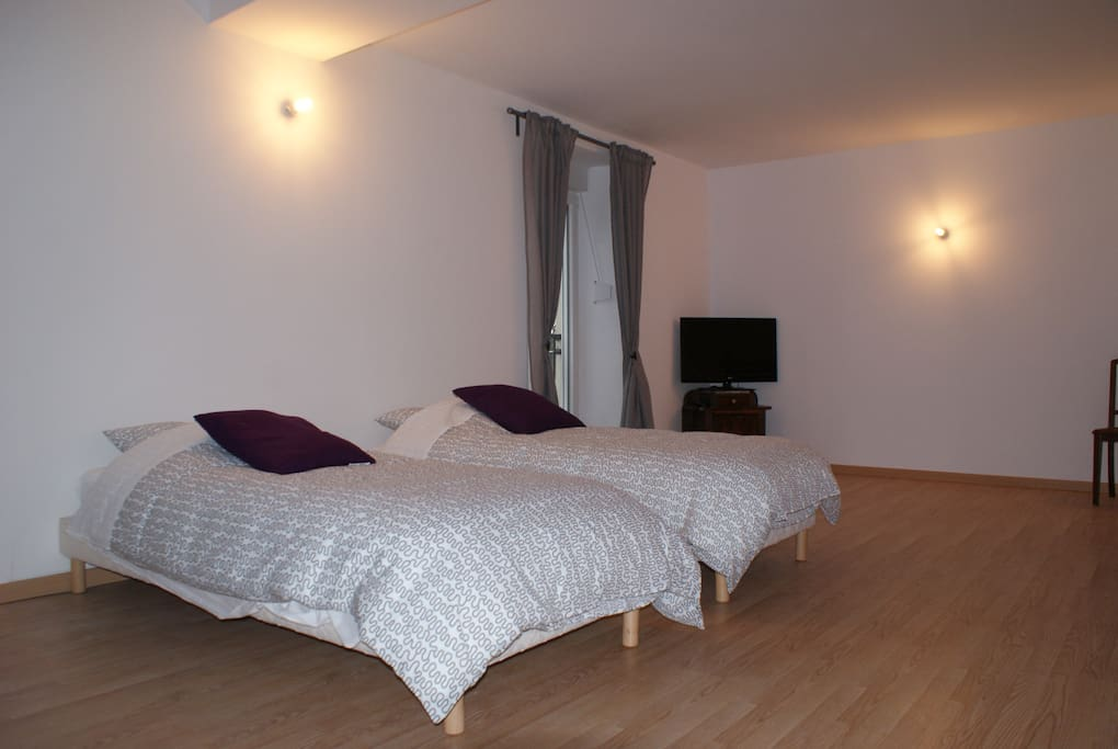 Chambre quadruple bed breakfasts for rent in crezilles for Chambre quadruple