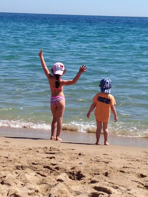 50 m de la plage. My guest's children at the beach near the residence