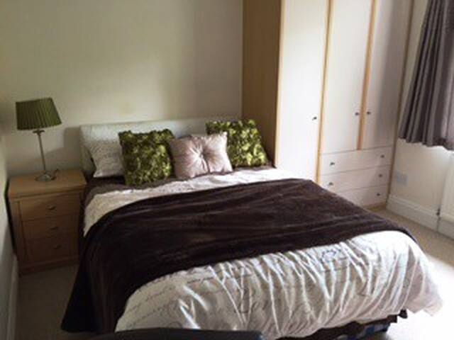 Cosy double with private bathroom - Hessle