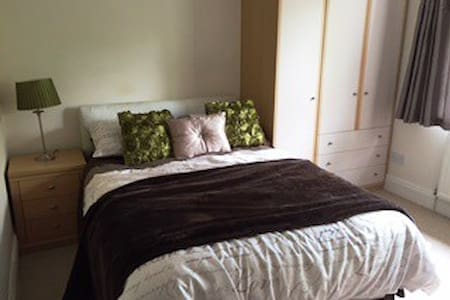 Cosy double with private bathroom - Hessle - 獨棟
